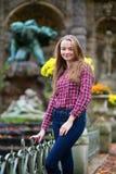 年轻白肤金发的女孩在一个巴黎人公园 免版税库存照片