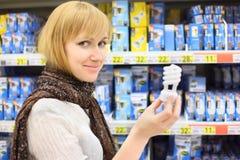 白肤金发的女孩在界面拿着闪亮指示 库存照片