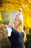 白肤金发的女孩在秋天公园 图库摄影