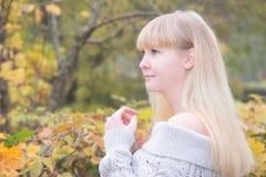 白肤金发的女孩在秋天公园 库存照片