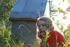 白肤金发的女孩在草说谎 免版税图库摄影