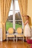 白肤金发的女孩城堡窗口 免版税库存照片