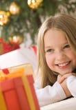 白肤金发的女孩头发俏丽微笑 免版税库存照片