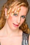 白肤金发的女孩头发可爱的纵向 免版税库存图片