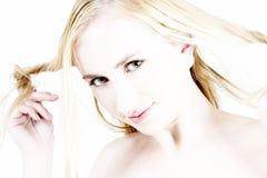 白肤金发的女孩头发她使用的年轻人 免版税库存图片