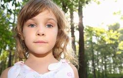 白肤金发的女孩头发少许纵向 免版税图库摄影