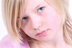 白肤金发的女孩头发的年轻人 免版税库存图片
