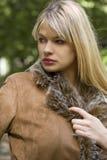 白肤金发的女孩夹克 免版税库存照片