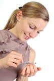 白肤金发的女孩她钉子擦亮 库存照片