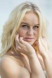 白肤金发的女孩室外画象 免版税图库摄影
