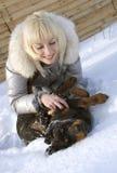 白肤金发的女孩小狗rottweiler 库存图片