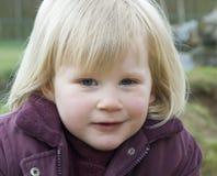 白肤金发的女孩年轻人 免版税图库摄影