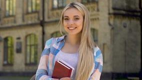 白肤金发的女孩微笑对照相机的,成功的学生,有为的事业机会 股票视频