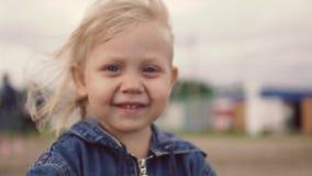 白肤金发的女孩微笑的一点 特写镜头 振翼的头发风 影视素材