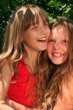 白肤金发的女孩微笑的年轻人 免版税库存图片