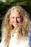白肤金发的女孩愉快微笑 免版税库存图片