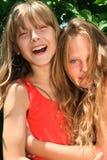 白肤金发的女孩愉快的二个年轻人 免版税库存图片