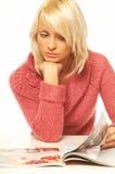 白肤金发的女孩报纸 免版税库存照片