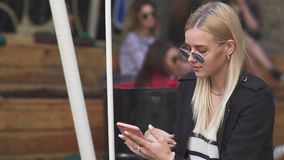 白肤金发的女孩摇摆在街道 股票录像