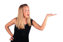 白肤金发的女孩显示smthg 免版税库存照片