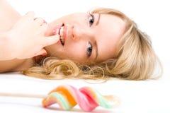 白肤金发的女孩棒棒糖 库存照片