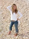 白肤金发的女孩测试水 免版税图库摄影
