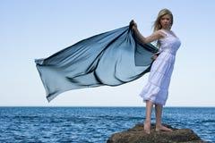 白肤金发的女孩海运 免版税库存图片