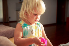 白肤金发的女孩演奏玩具建设者 免版税库存图片