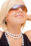 白肤金发的女孩玻璃微笑的星期日 库存图片