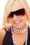 白肤金发的女孩玻璃微笑的星期日 免版税库存图片