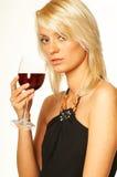 白肤金发的女孩玻璃酒 免版税库存照片