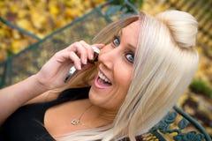 白肤金发的女孩电话 库存照片