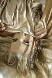 白肤金发的女孩画象在床上 免版税库存图片