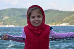 白肤金发的女孩的伊斯坦布尔Bosphorus凉水在寒冷前面的 图库摄影