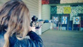 白肤金发的女孩瞄准石弓 股票录像