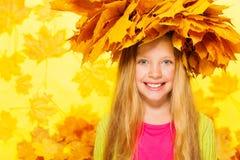 白肤金发的女孩秀丽画象槭树花圈的 库存图片
