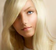 白肤金发的女孩纵向 免版税库存照片
