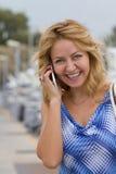 白肤金发的女孩联系在电话 免版税库存照片