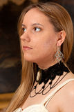白肤金发的女孩葡萄酒古董项链 库存照片