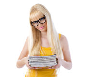 白肤金发的女孩藏品书和微笑 免版税库存图片