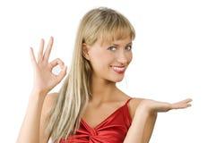 白肤金发的女孩赠送者 免版税库存图片