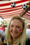 白肤金发的女孩足球 免版税库存图片