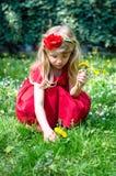 白肤金发的女孩采摘花 库存图片