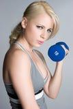 白肤金发的女孩锻炼 免版税图库摄影