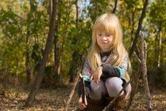 白肤金发的女孩建筑结构用棍子 库存图片