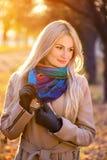 白肤金发的女孩画象在秋天公园 免版税库存照片