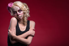 年轻白肤金发的女孩画象有Calaveras构成的 免版税图库摄影