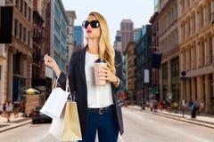 白肤金发的女孩shopaholic在曼哈顿伦敦苏豪区纽约 库存图片
