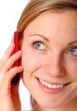 白肤金发的女性她的移动电话使用 免版税库存图片