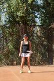 白肤金发的女性网球员的垂直的图象 免版税库存图片